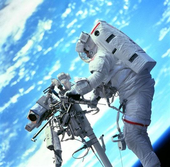 Phi hành gia Steven L. Smith của NASA làm việc trên không gian năm 1999.