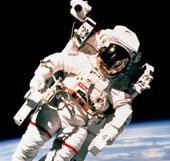 Cùng phi hành gia lơ lửng trên vũ trụ