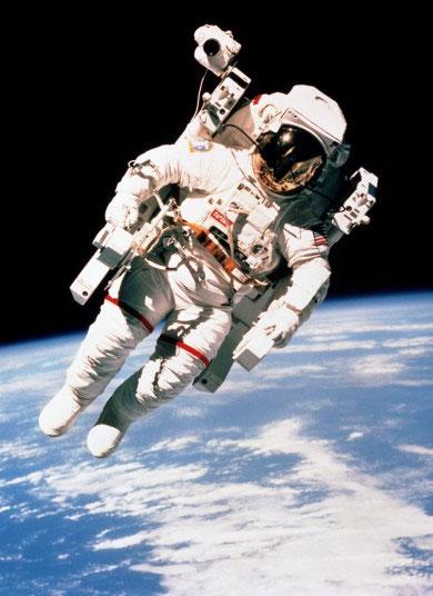Phi hành gia Bruce McCandless thực hiện chuyến bay trên tàu con thoi Challenger đang lơ lửng trong không gian.