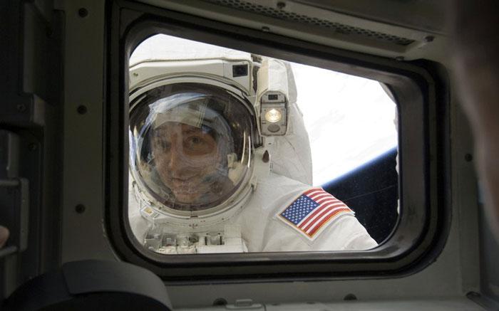 Phi hành gia Mike Massimin nhìn qua cửa sổ tàu con thoi khi bay vào vũ trụ hồi tháng 5 năm 2009.