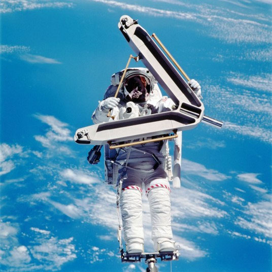 Phi hành gia Lee ME Morin thực hiện chuyến bay vao không gian và đáp xuống trạm vũ trụ quốc tế ISS vào ngày 13 tháng 4 năm 2002.