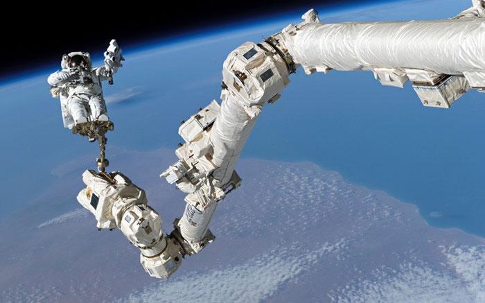 """Steve Robinson trên """"cánh tay"""" của Trạm vũ trụ quốc tế ISS hồi tháng 8 năm 2005."""
