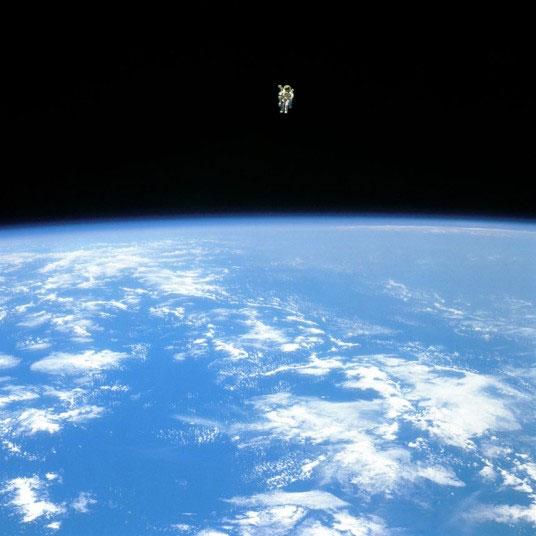 Phi hành gia Bruce McCandles đang trôi nổi trong không gian khi thực hiện chuyến bay trên tàu con thoi 41B hồi tháng 7 năm 1984.