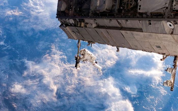Phi hành gia Robert Curbeam thực hiện chuyến đổ bộ trên không gian vào ngày 12 tháng 10 năm 2006.