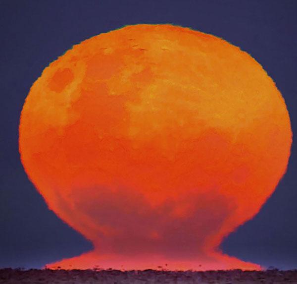 Mặt Trăng kỳ ảo như Mặt Trời lúc hoàng hôn
