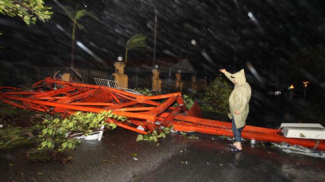 Tối 28-10, tháp truyền hình cao 180m của tỉnh Nam Định bị gió bão giật đổ sập ra đường. Đây là tháp truyền hình cao và hiện đại nhất miền Bắc, hoàn thành năm 2011, mới được đưa vào sử dụng
