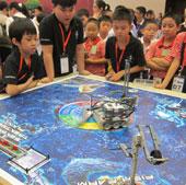 Trẻ em thi tài với robot tại Hà Nội