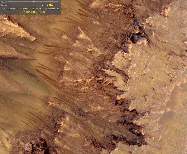Hình ảnh các ngón tay khổng lồ, sẫm màu in hằn trên một số sườn dốc của sao Hỏa từ cuối xuân đến đầu thu.