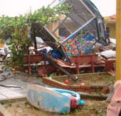 Lốc xoáy phá tan trường mầm non và hàng chục nhà dân