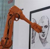 Họa sĩ vẽ tranh xuyên không gian với robot