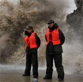 Video bão Fitow gây sóng to ở Chiết Giang