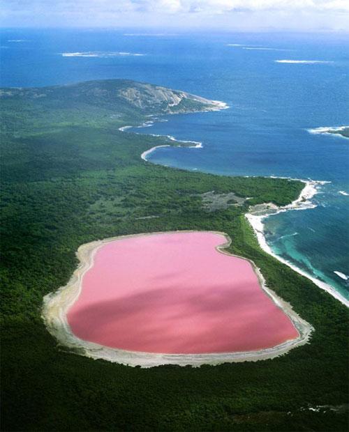 Hồ Hillier nằm trên một hòn đảo, bao quanh là đại dương mênh mông