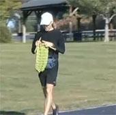Video: Vừa chạy ma-ra-tông vừa đan khăn
