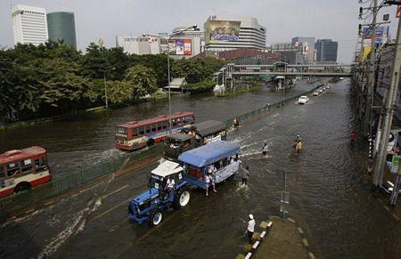 """Số người chết vì lũ lụt tiếp tục tăng, """"giặc nước"""" tiến sâu vào Bangkok"""