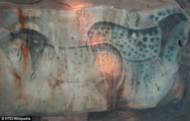 Ngựa đốm đen giống báo đã được vẽ trong hang 25.000 năm tuổi. (Ảnh: Daily mail)
