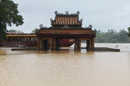Mưa lớn ở thượng nguồn và khu vực hạ lưu trong hai ngày qua đã khiến thành phố Huế ngập chìm trong biển nước.