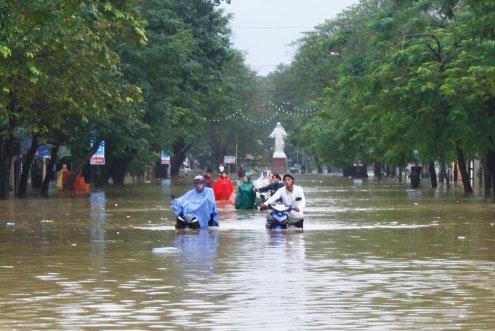 Trên đường Nguyễn Huệ, nước ngập đến nửa người. Các phương tiện chỉ còn cách dắt bộ.