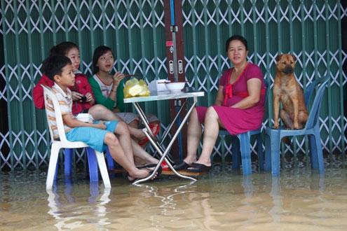 Bữa sáng trong lũ của một gia đình trên đường Trần Quang Khải.