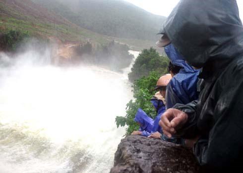 Đứng tại điểm tràn xả lũ hồ chứa nước Liệt Sơn, nhiều người dân không khỏi lo lắng lũ nhấn chìm nhà cửa, tài sản. (Ảnh: Trí Tín)