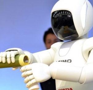 Video: Robot Asimo rót nước