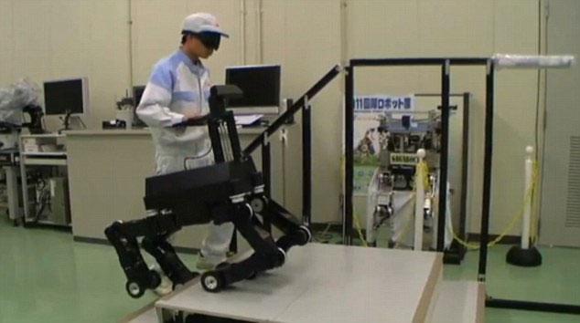 Video: Chó robot dẫn người mù đi lại