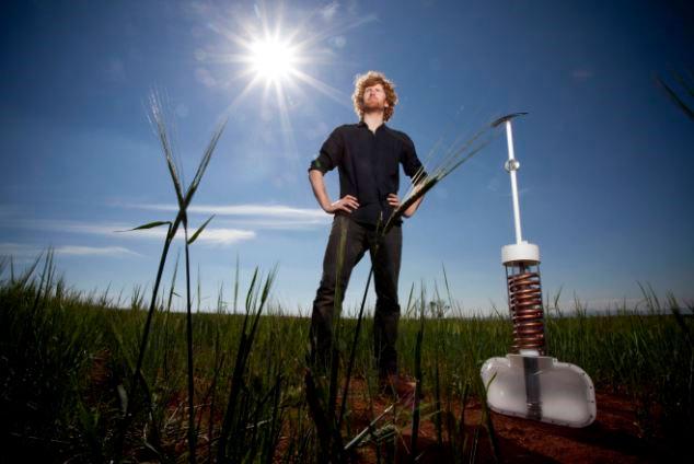 Edward Linacre với phát minh thủy lợi Airdrop của mình - (Ảnh: Daily Mail)
