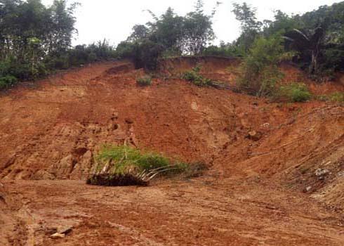 Mưa lũ kéo dài làm sạt lở núi nghiêm trọng gây ách tắc, cô lập nhiều tuyến đường về các địa phương miền núi các tỉnh miền Trung. (Ảnh: Trí Tín)