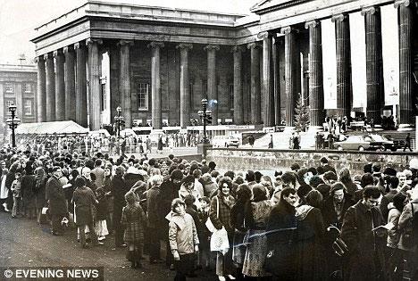 Người Anh xếp hàng để được vào xem xác ướp Vua Tutankhamun tại Bảo tàng Anh ở London năm 1923