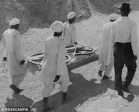 Một bánh xe ngựa đang mang ra ngoài từ trong hầm mộ của Vua Tut
