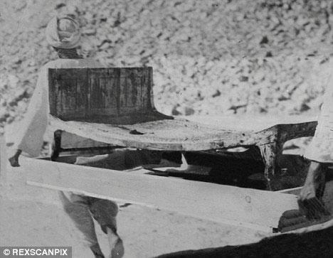 Một chiếc ghế được lấy ra từ hầm mộ của Vua Tut bởi Lord Carnarvon
