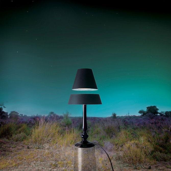Đèn ngủ bay lơ lửng trong không trung