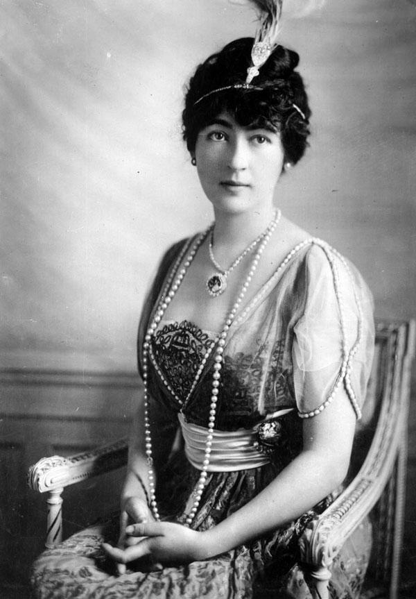 Bất chấp bao lời khuyên can, bà Evalyn Walsh McLean vẫn cương quyết đeo kim cương Hope