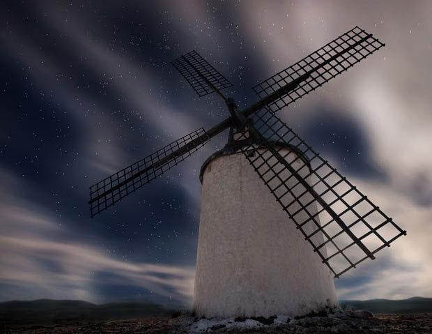 Một cối xay gió khổng lồ bên dưới bầu trời đầy sao ở khu vực Castell, Tây Ban Nha