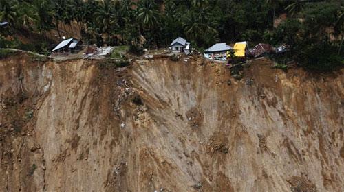 Indonesia từng chứng kiến nhiều cơn địa chấn gây sạt lở đất ở vùng núi - (Ảnh: USA Today)