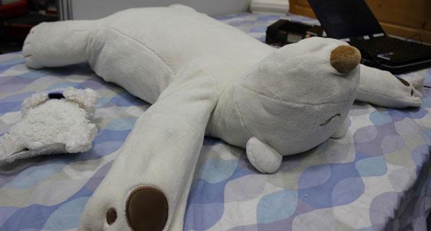 Robot chữa chứng ngáy ngủ bề ngoài giống một con gấu bông bình thường. (Ảnh: Telegraph)
