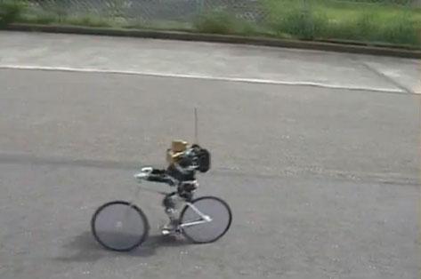 Video: Robot đi xe đạp hai bánh, phanh bằng chân