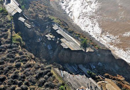 Kinh hoàng cảnh đoạn đường trôi xuống biển sau trận lở đất