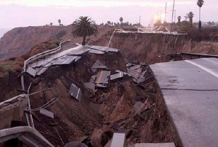 Video: Đoạn đường trôi ra biển sau lở đất