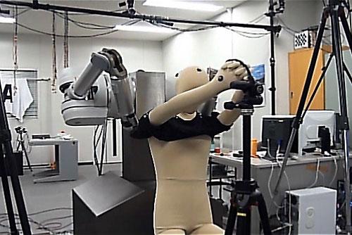 Robot giúp bạn mặc áo