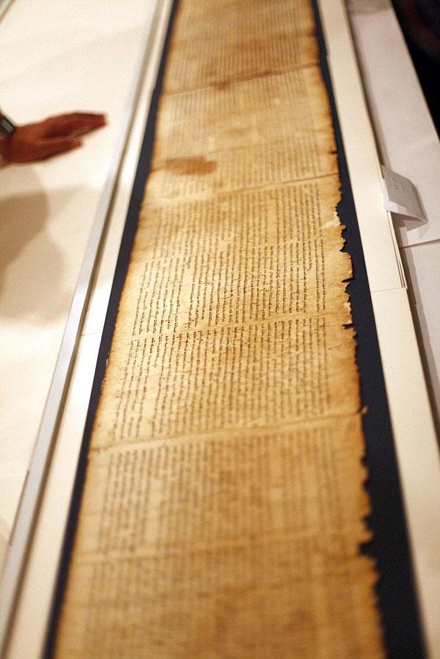 Phần đầu tiên của cuộn sách từng được những người chăn cừu rao bán với giá 10 USD sau khi tìm thấy. (Nguồn: Daily Mail)
