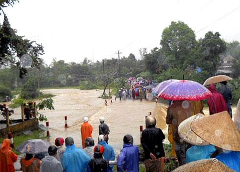 Mưa lũ cô lập hàng nghìn hộ dân Quảng Nam
