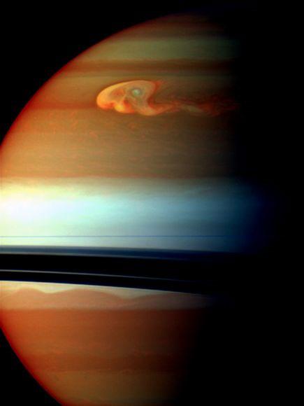 Tàu thăm dò Cassini của NASA đã ghi lại được hình một trận siêu bão trên bán cầu bắc của sao Thổ. Phần màu cam và đỏ là những đám mây ở tầm thấp, trong khi, phần màu vàng, xanh và trắng lần lượt là đám mây ở tầng cao hơn.