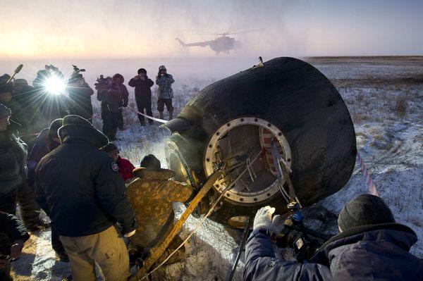 Các phi hành gia trở về từ Trạm không gian quốc tế trong tàu vũ trụ Soyuz của Nga được các nhân viên trên mặt đất giúp đỡ sau khi hạ cánh xuống một vùng hẻo lánh ở Kazakhstan vào ngày thứ Ba vừa qua. Ba nhà phi hanh gia trở về lần này bao gồm Mike Fossum (Mỹ), Sergei Volkov (Nhật) và Satoshi Furukawa (Nhật).