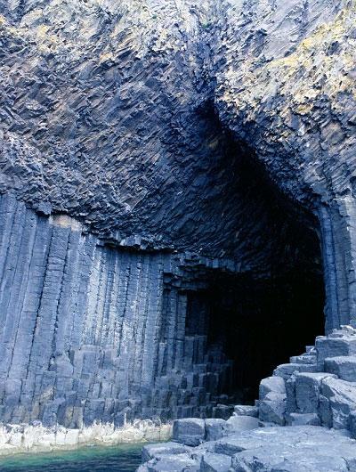 Các cột đá bazan hình lục giác trong hang động Fingal, Scotland tương tự như hình dạng được tìm thấy ở bãi đá Giant's Causeway ở phía bắc Ireland.