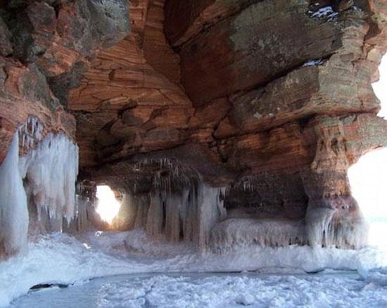 Hang băng đảo Apostle tại hồ Superior, Wisconsin: Khi hồ đóng băng vào mùa đông các du khách có thể đi sâu vào bên trong để khám phá mặt hồ bị đóng băng và những thác nước băng đá.