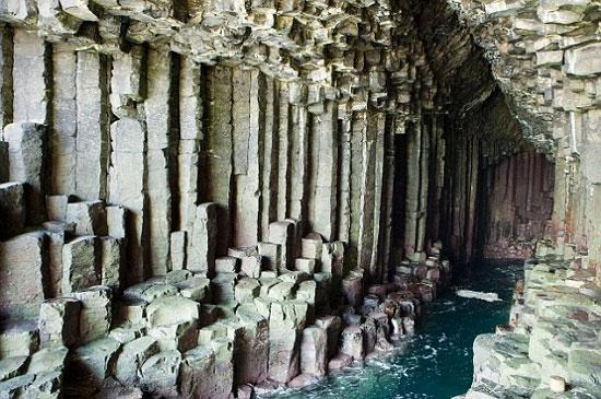Hang động Fingal nằm trên hòn đảo hoang vắng ở Staffa, Scotland: Các cột hình lục giác được hình thành từ loại đá bazan.