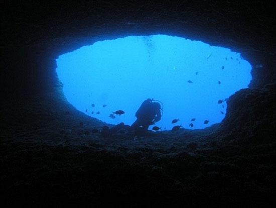 """Hố nước Belvedere ở Sardinia – đảo lớn thứ 2 ở Biển Địa Trung Hải. Theo truyền thuyết, đây là chỗ ở của ông già trong tác phẩm """"Ông già và biển cả""""."""