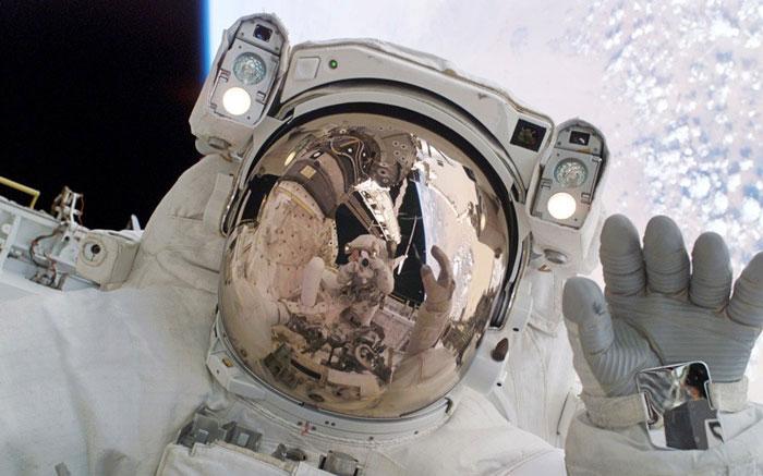 Phi hành gia sắp bước ra ngoài trạm vũ trụ
