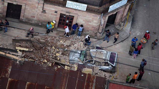 Đội cứu hộ tìm kiếm người bị chôn vùi trong một trận lở đất