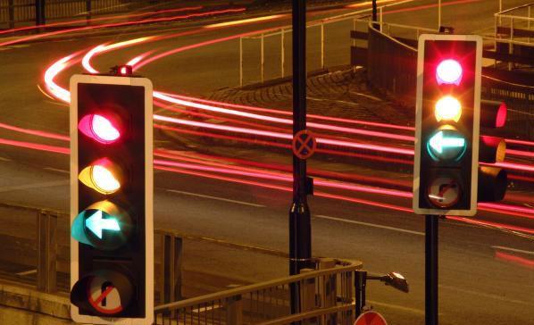 Nhóm phương tiện có cùng hướng đi lớn nhất sẽ nhận được đèn xanh và được phép đi trong khi nhóm ít hơn sẽ là màu đỏ và phải đợi.